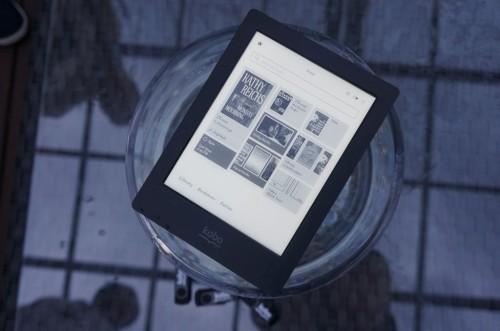 Kobo Aura H2O Reads E-Books Underwater